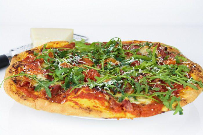 Pizza caseira de Presunto, Mozzarella e Tomate Cherry