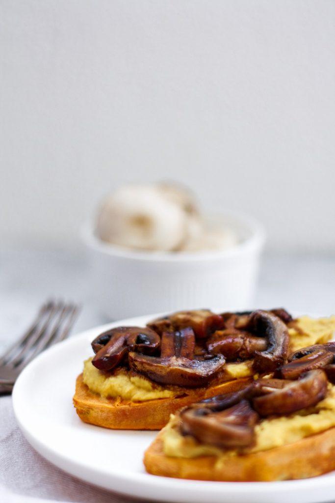 Tostas de batata doce com húmus e cogumelos 2