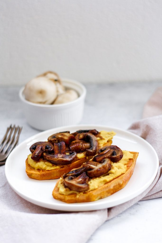 Tostas de batata doce com húmus e cogumelos