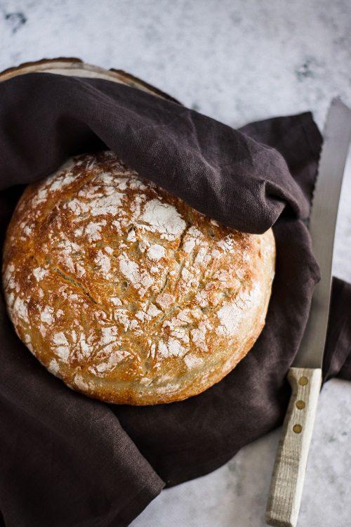 Pão de massa mãe com faca