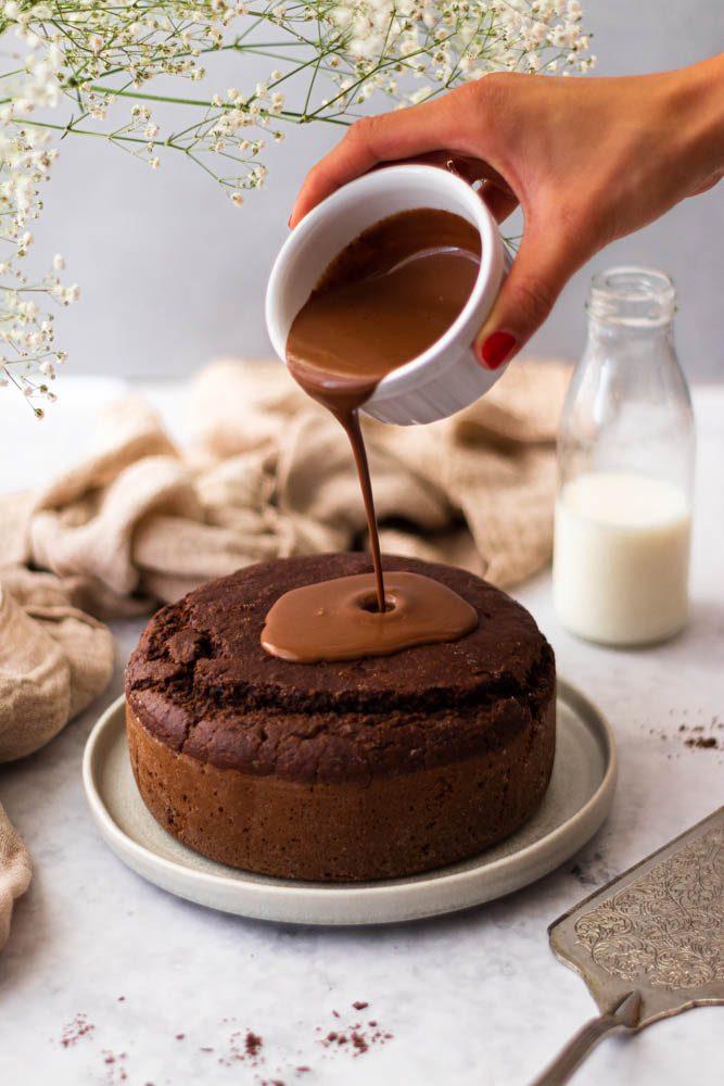 Bolo vegan de chocolate e coco com mão