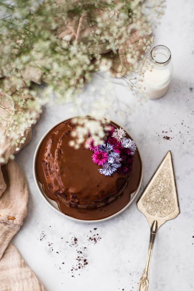 Bolo vegan de chocolate e coco de cima