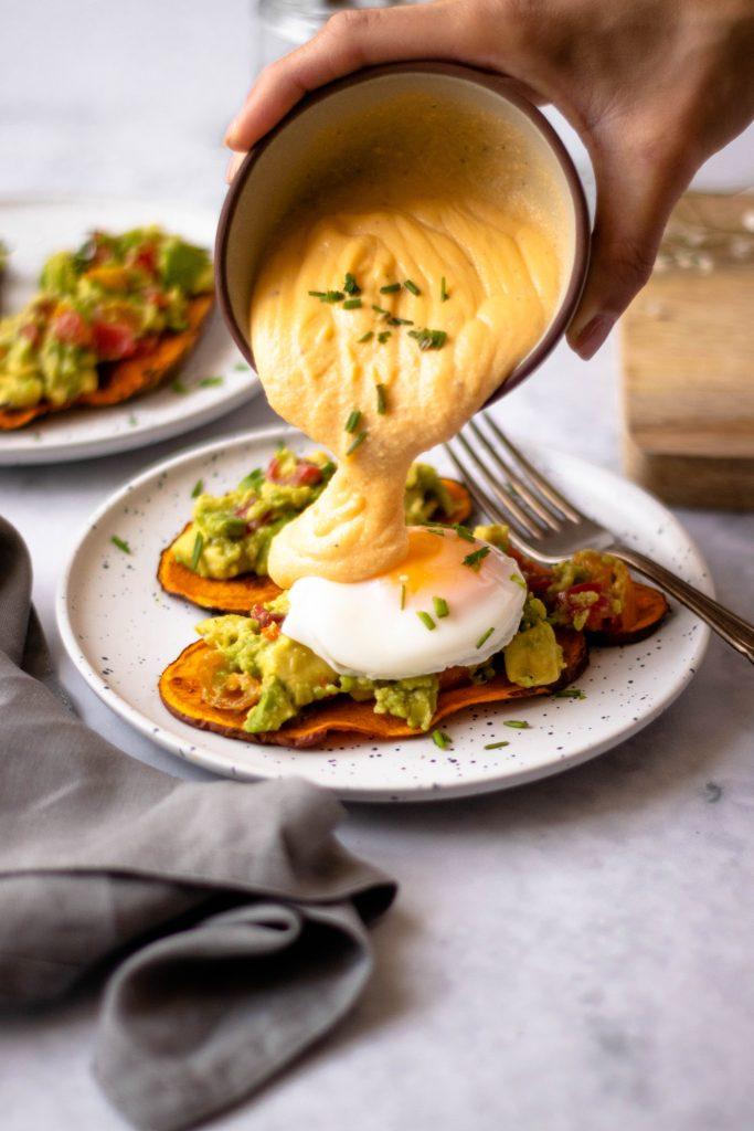 Batata doce tostada com abacate e ovo e molho holandês