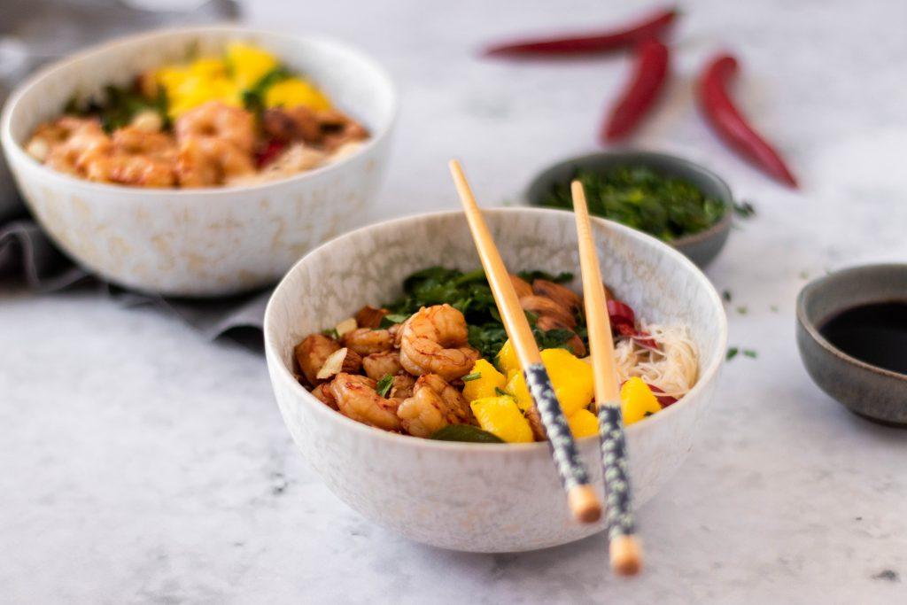 Noodles com camarão e manga
