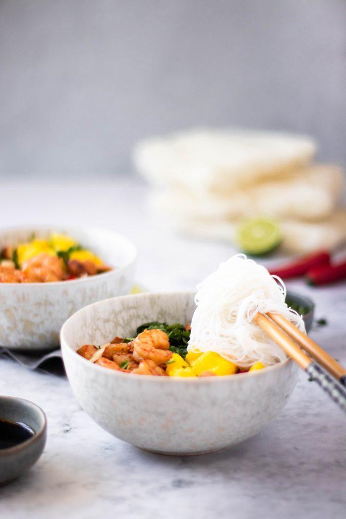 Noodles com camarão e manga em bowl