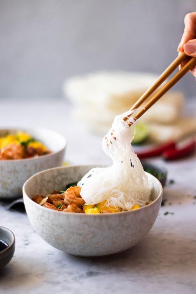 Noodles com camarão e manga polvilhada com ervas aromáticas