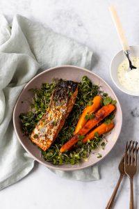 Salmão com cenouras salteadas e shiso