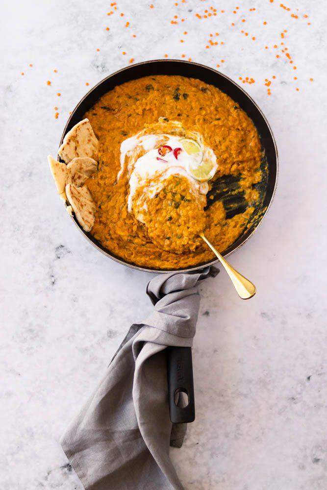 Caril de lentilhas vermelhas com pão naan popat store