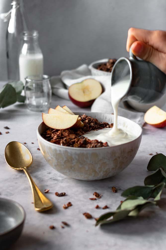 Granola de amêndoa e chocolate com iogurte a cair