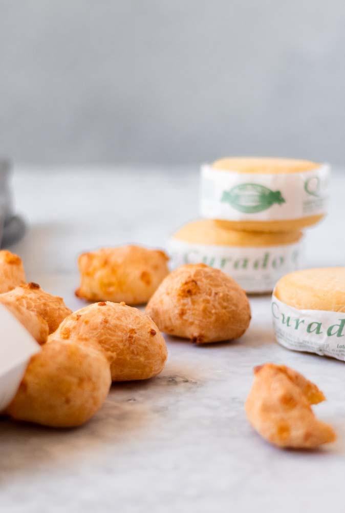 Pão de queijo curado de frente