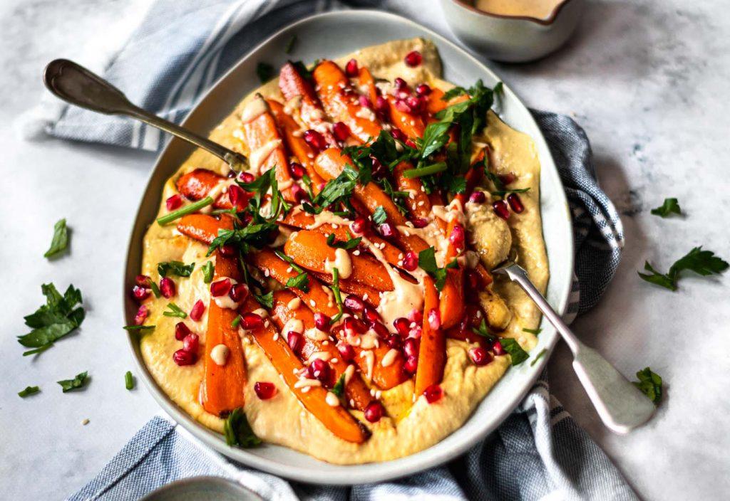 Cenouras caramelizadas com humus e roma
