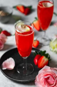 Cocktail de Gin e Morangos plano aproximado