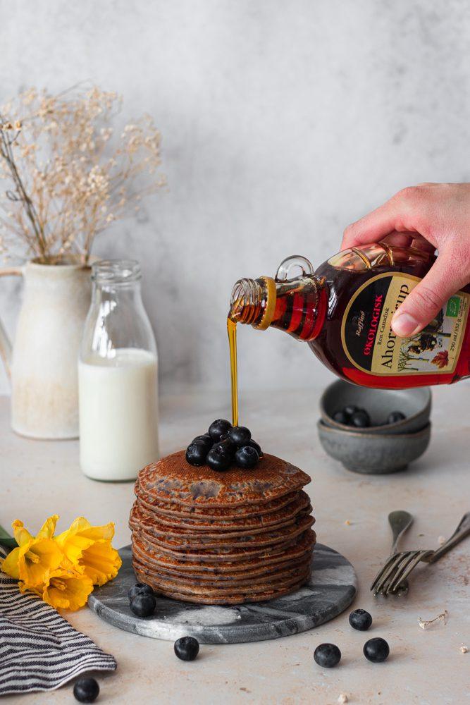 Panquecas de mirtilos e iogurte com fio maple syrup