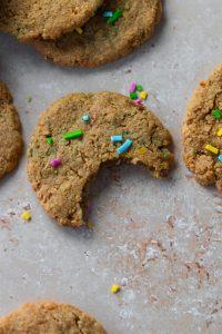 Cookies Coloridas com dentada plano aproximado