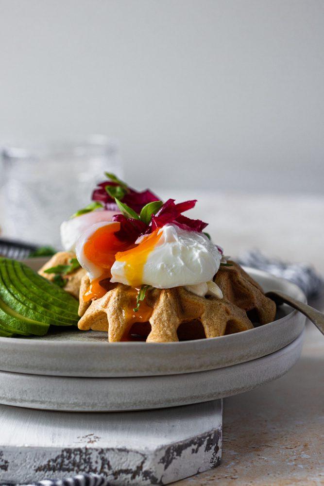 Waffles de Abacate e Ovo Escalfado de frente com gema a escorrer