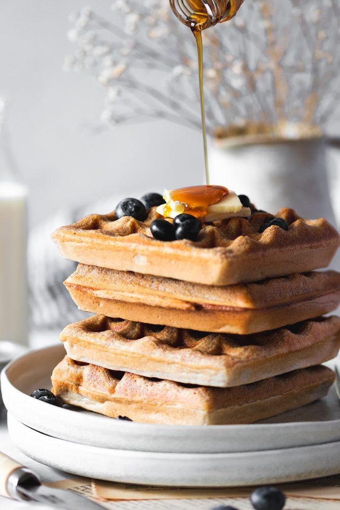 Waffles de Espelta com Mirtilos com fio de maple syrup