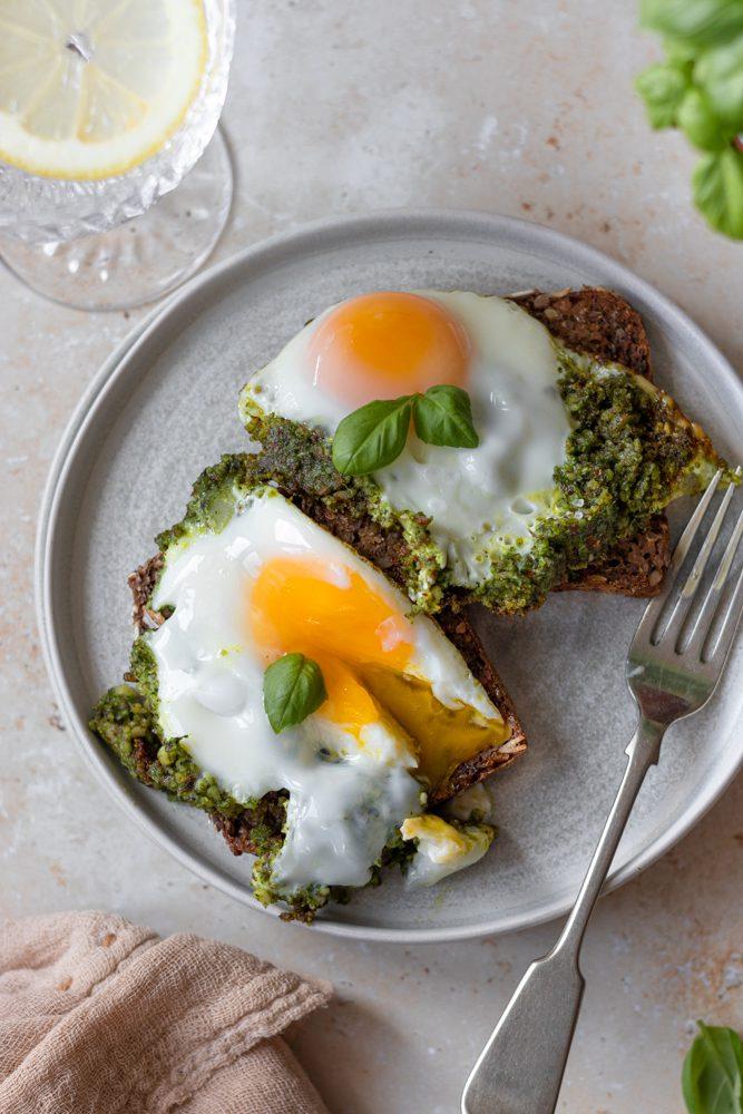 Ovos Estrelados com Pesto de cima