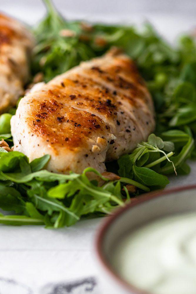 Salada de Frango com molho de Feta plano aproximado